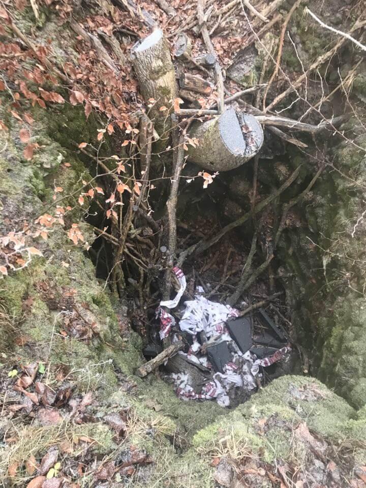 Неизвестные разбили на мелкие осколки и выбросили доску в яму