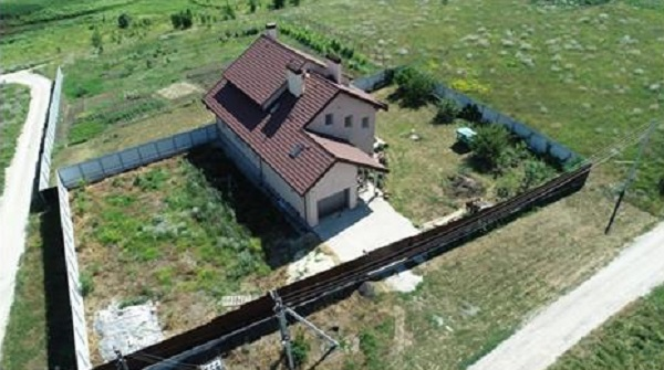 Активисты показали фото дома, который судья строит на одну зарплату
