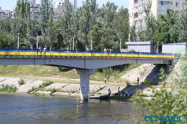 Мост через канал на Русановке