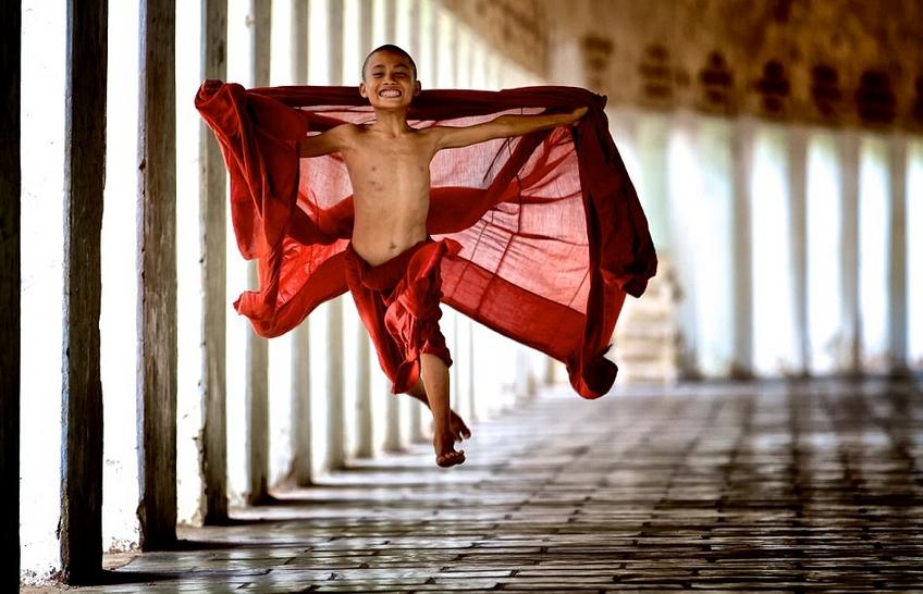 Молодой монах начал свою службу в монастыре