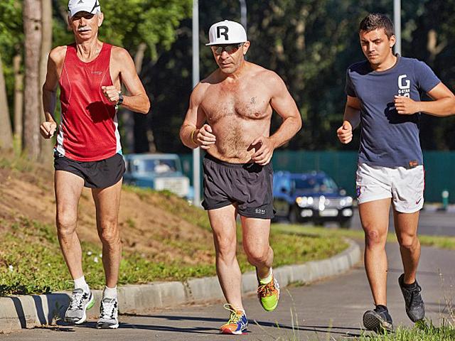 Мэр Харькова Геннадий Кернес бегает по утрам. Говорит, что учился бегу с тренером, готовится к марафону.