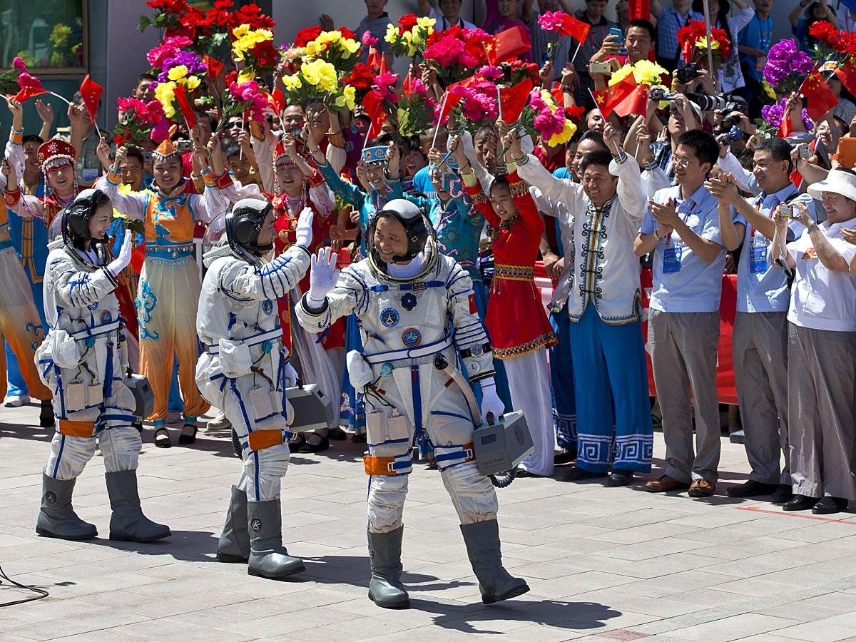 Астронавты Китая  Wang Yaping, Zhang Xiaoguang, Nie Haisheng покидают Центр управления Цзюцюань.