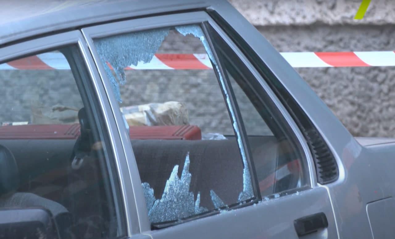 Фото окна, разбитого отрезанной головой отца обвиняемого