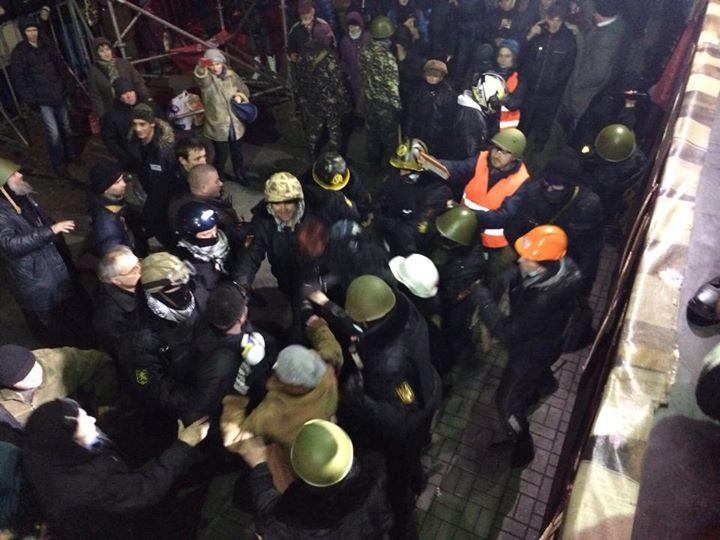 Протестующие взяли в плен троих беркутовцев