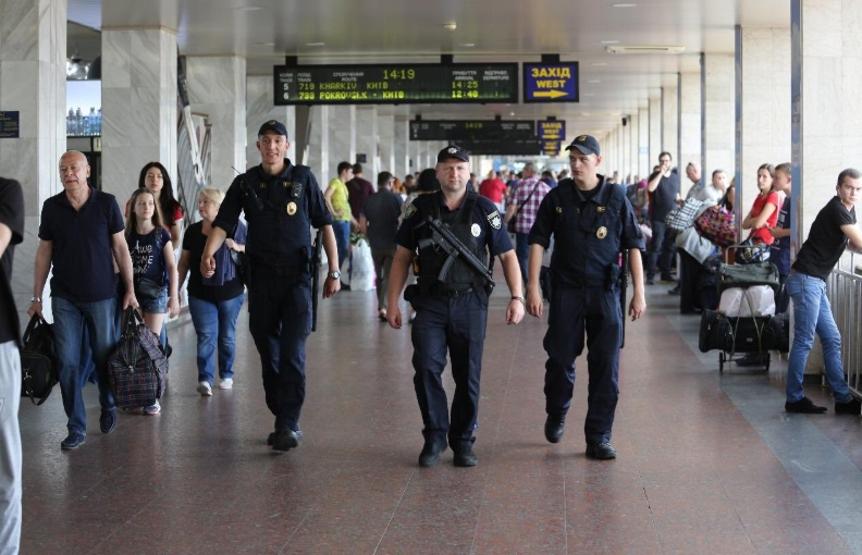 Князев показал полицейским с новыми пистолетами-автоматами