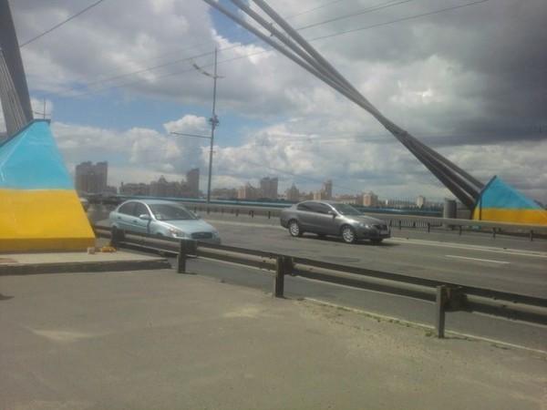 Московский мост покрасили в цвета украинского флага
