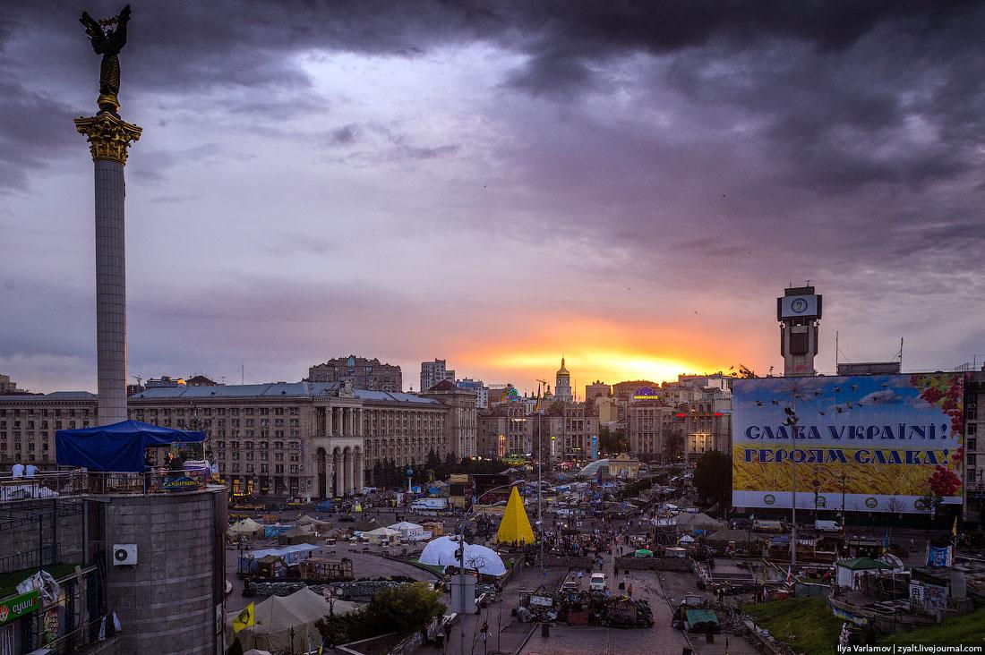 Дом профсоюзов в Киеве закрыли огромным плакатом «Слава Україні! Героям Слава!»