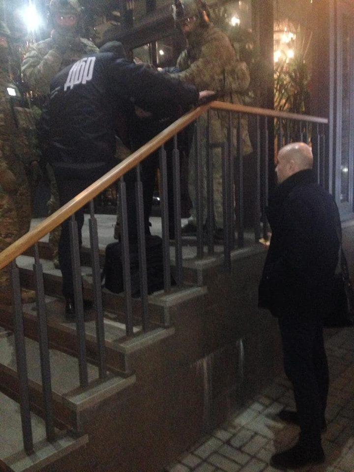 На взятке были пойманы глава отдела СБУ, его подчиненный и двое гражданских