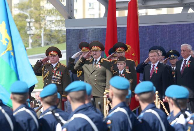 Сын Лукашенко пришел на парад в Минске в форме главнокомандующего