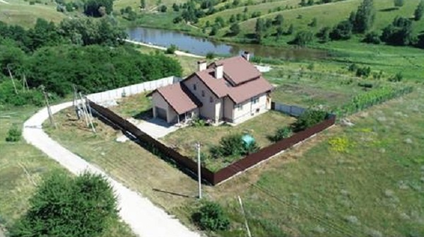 Каракашьян достраивает немаленький дом под Обуховым