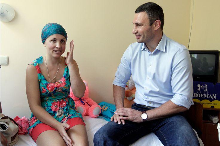 Виталий Кличко посетил Ирину Крашкову в больнице