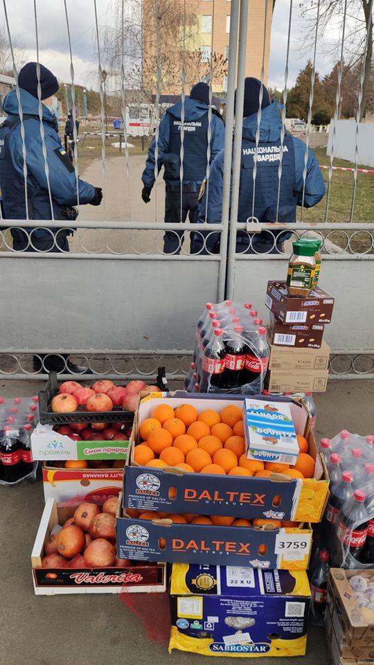 Переселенцы с Донбасса привезли продукты для эвакуированных из Уханя
