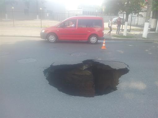 Яма на пересечении улицы Ливарной и Скляренко