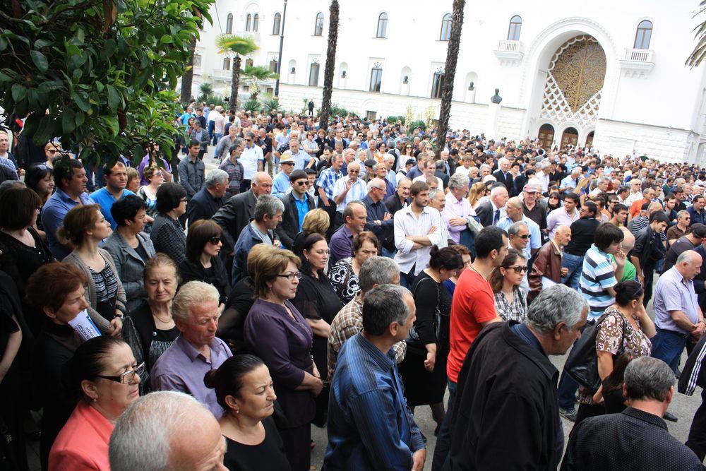 Митинг перед резиденцией президента Абхазии