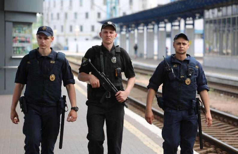 Полиция начала дежурство в аэропортах с пистолетами-пулеметами МР-5