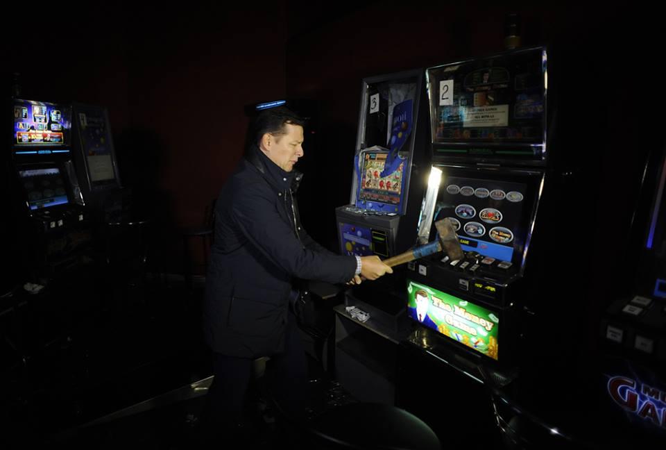 Депутат ляшко бьет игровые автоматы взрослые игры игровые аппараты
