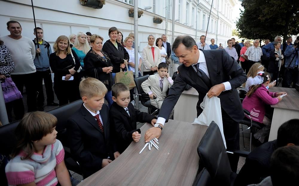 Олег Ляшко раздал детям письменные принадлежности