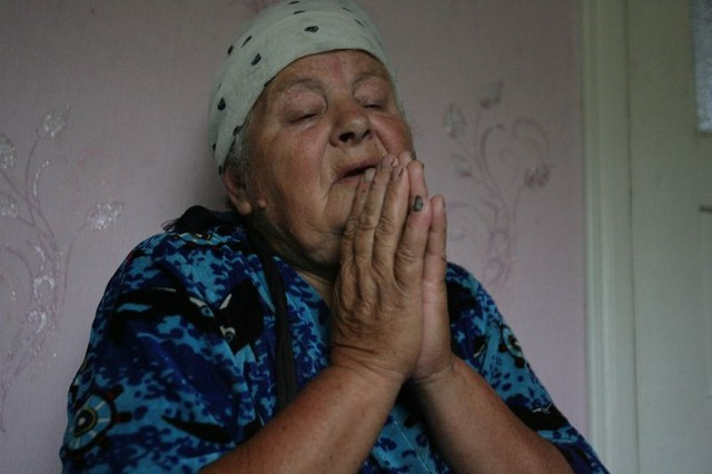 Мария Крашкова, мать изнасилованной во Врадиевке девушки, молится чудотворной иконе