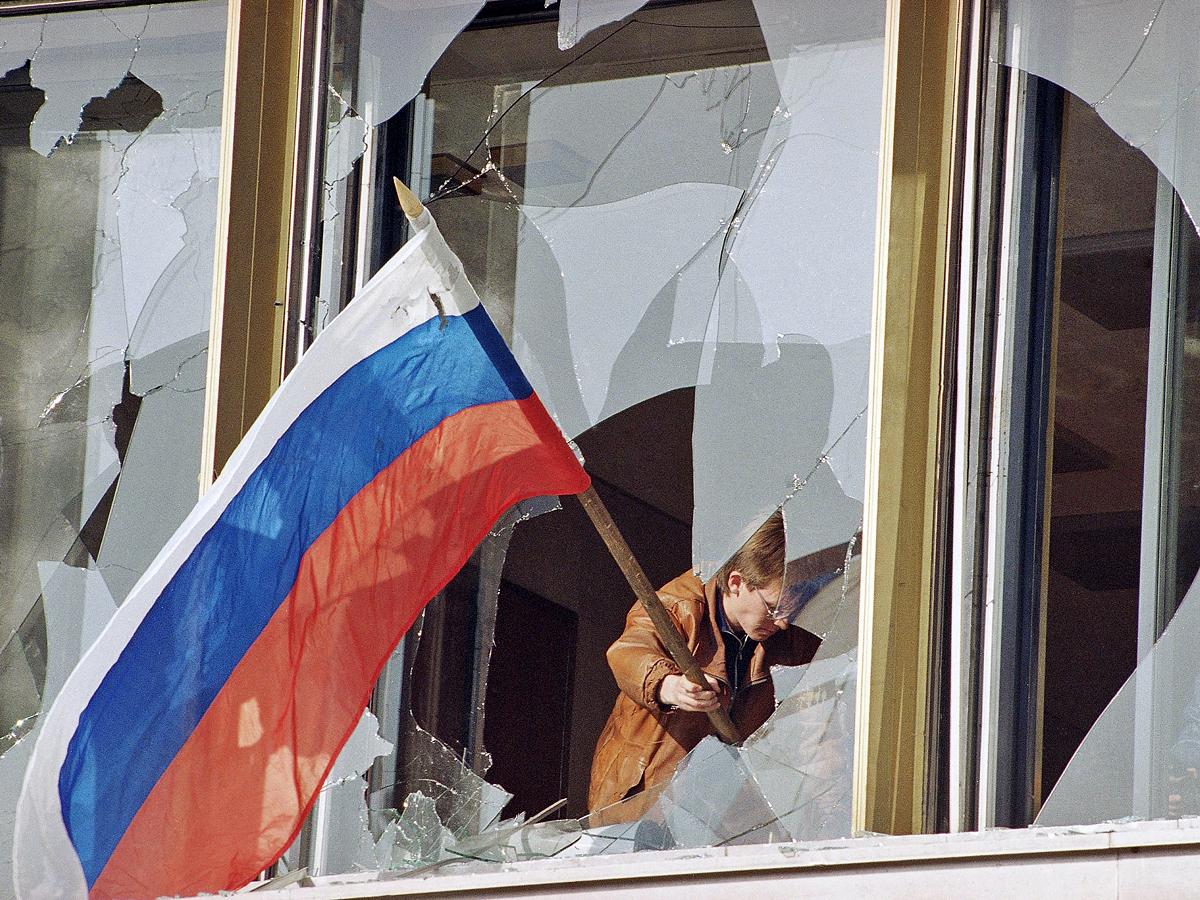 Флаг России в окне Белого дома