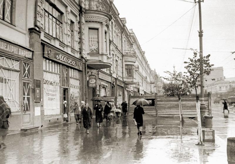 Баррикада на Крещатике между улицами Ленина (ныне — Богдана Хмельницкого) и Свердлова (Прорезная). Фото август 1941 года