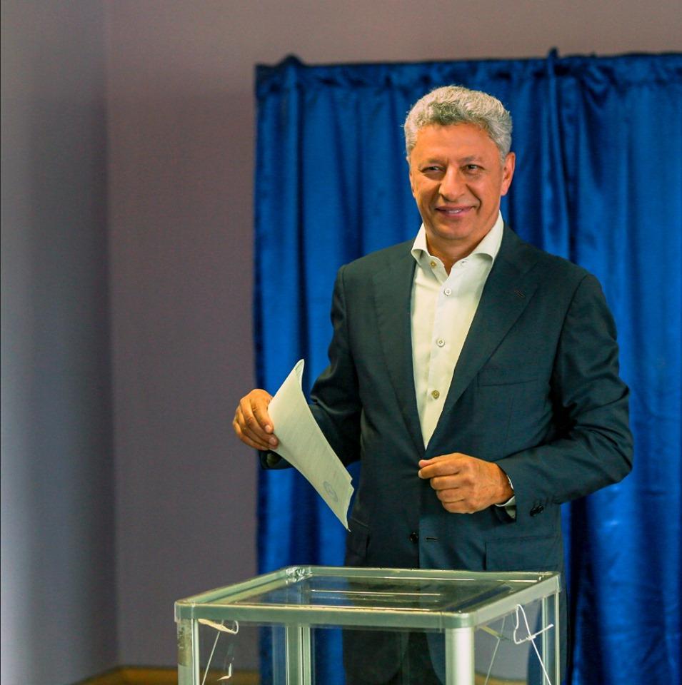 Юрий Бойко на избирательном участке