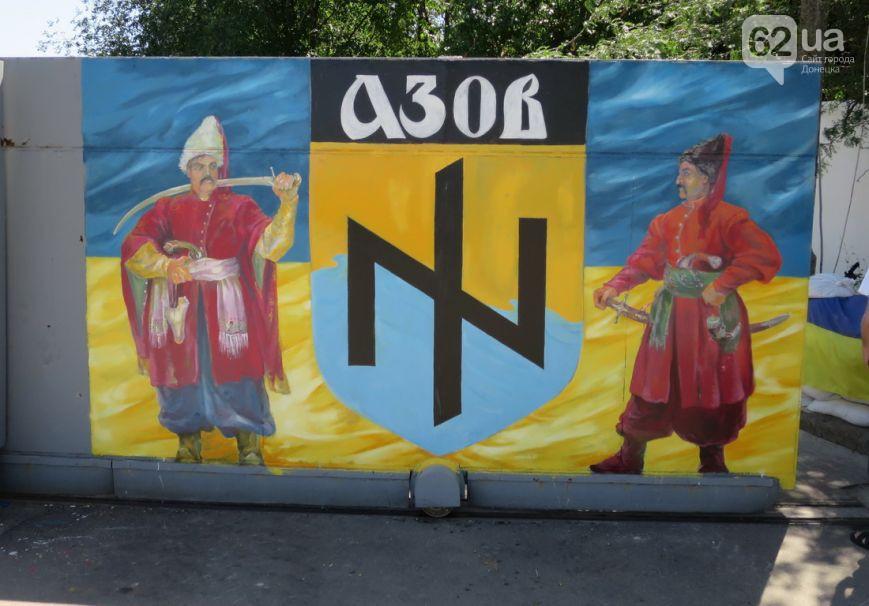 Бойцы Азова расписали ворота резиденции своей эмблемой