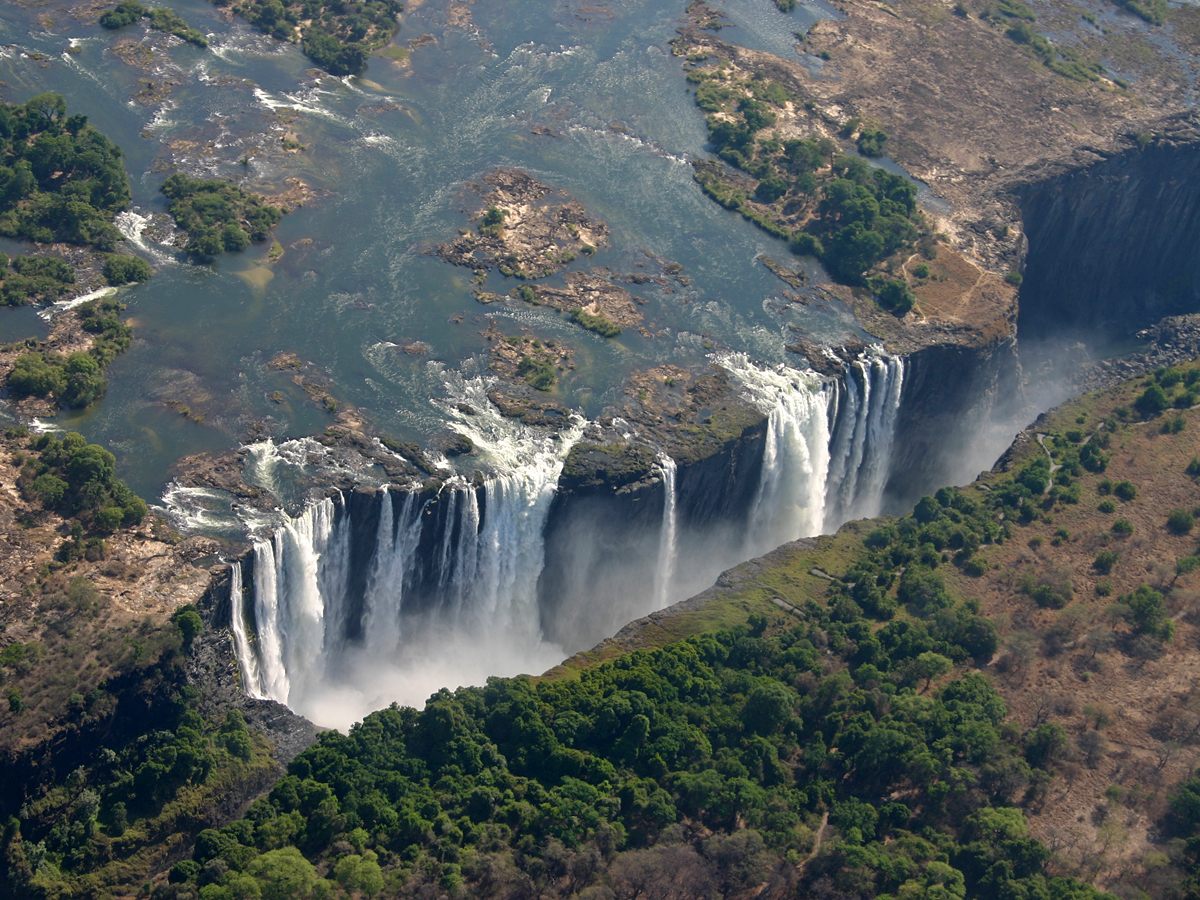 Водопад Виктория на стыке Зимбабве и Замбии