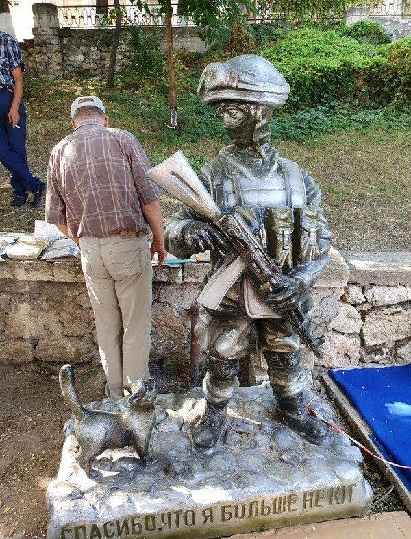 Памятник стоял в Севастополе, но его уже убрали