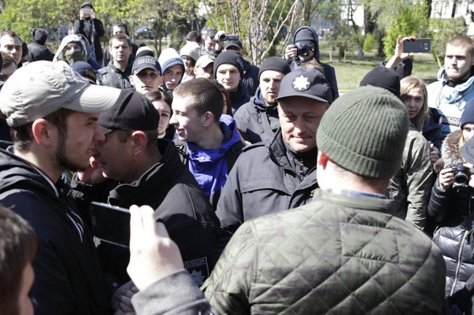 Представители полиции пытались объяснить активистам целесообразность памятника