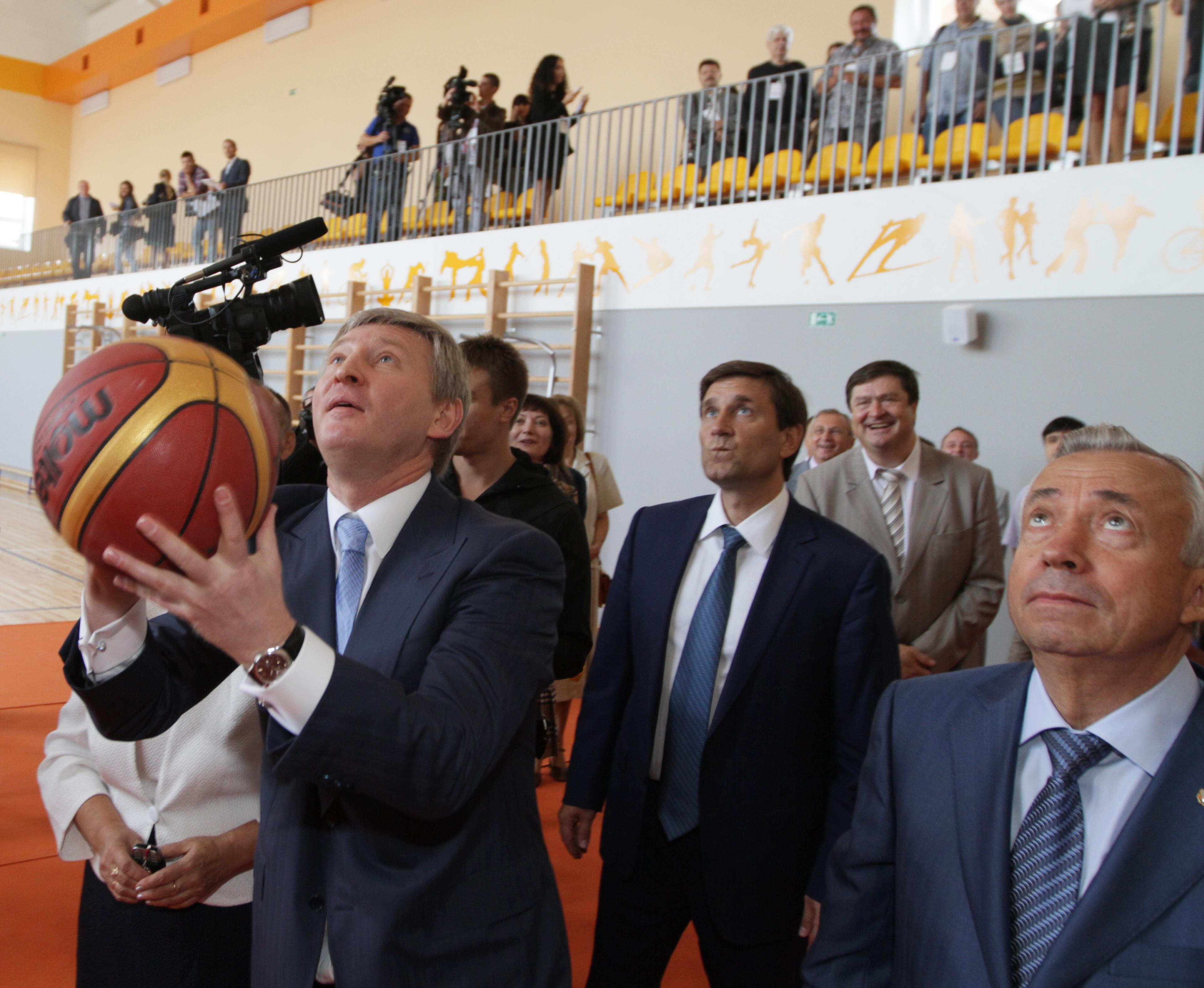 Ахметов забросил мяч в кольцо со второй попытки