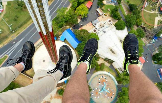 Texas SkyScreamer поднимат людей на огромную высоту, при этом пристегнуты они только небольшим поясом