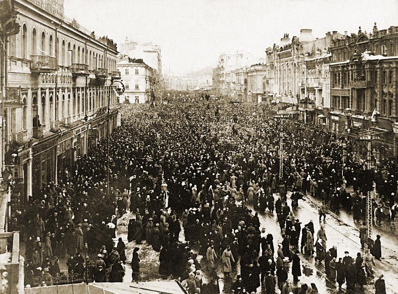 Одна из первых манифестаций на Крещатике в дни Февральской революции. Слева на втором плане — Думская площадь (нынешняя площадь Независимости). 1917 год