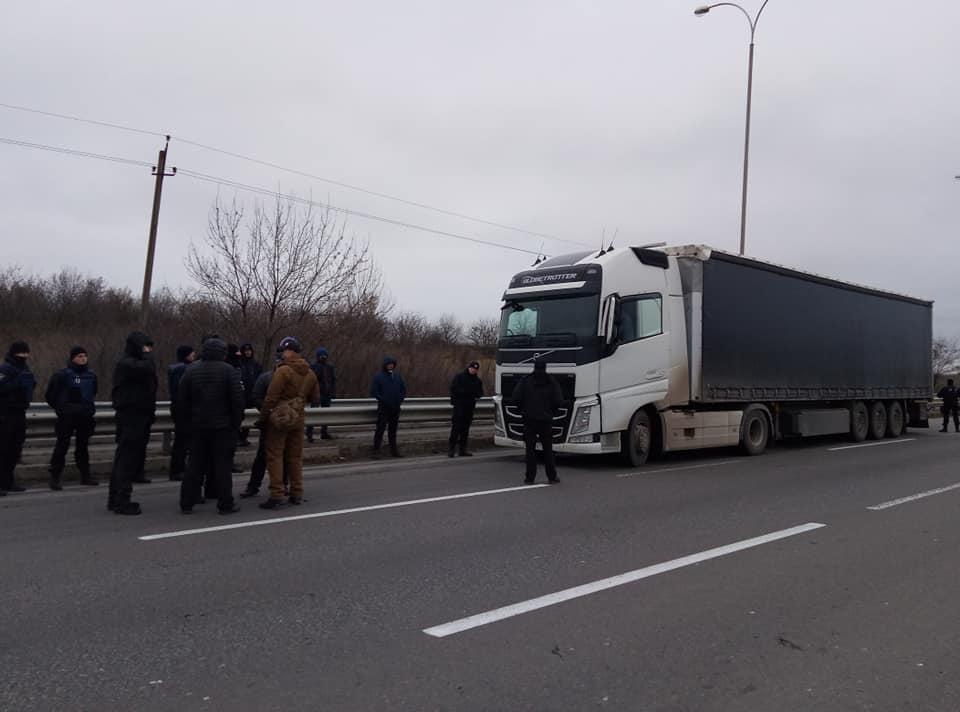 Днем Одесский Автомайдан объявил бессрочную акцию по блокировке проезда фур с российскими номерами