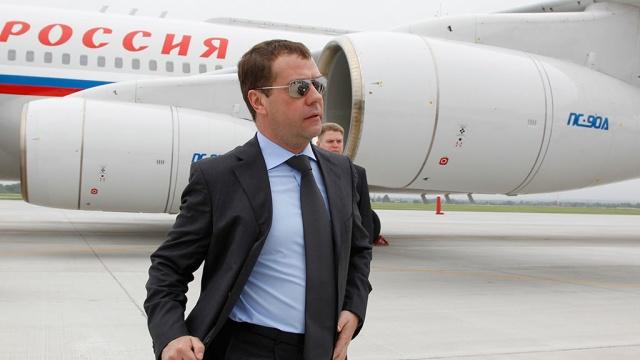 Медведев с министрами прилетел в Крым