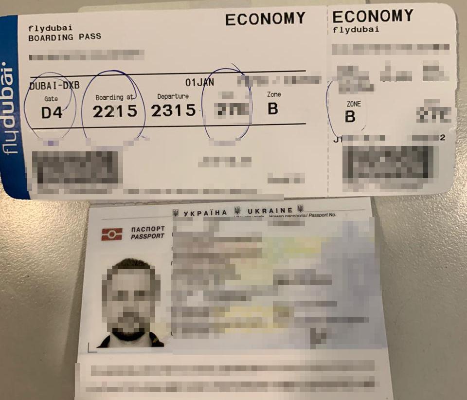 Документы мужчины на вылет за границу