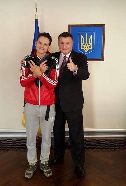 Аваков наградил оружием киевского руфера