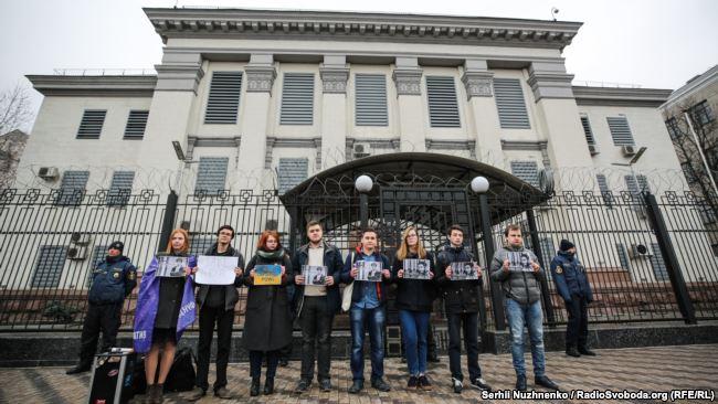 Митингующие призвали граждан Украины воздержаться пока от поездок в Россию