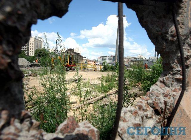 На Лукьяновке строят трехэтажныйторгово-развлекательный центр