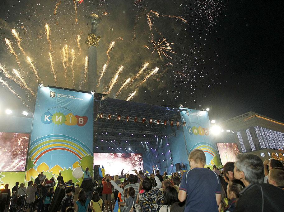 Празднование Дня Киева на Майдане Независимости закончилось концертом и фейерверком.