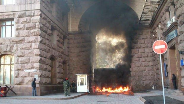 Ворота КГГА подожгли