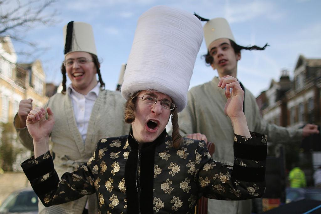На фото еврейская община Лондона празднует Пурим