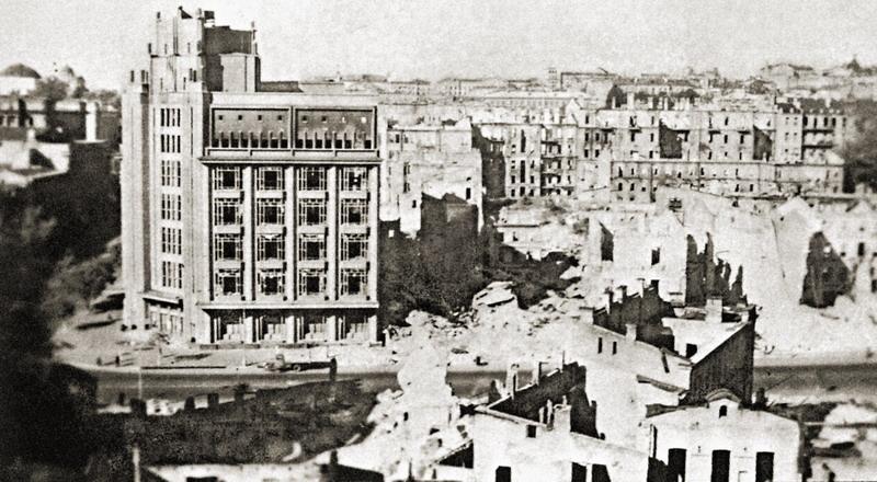 Уничтоженный взрывами квартал возле ЦУМа