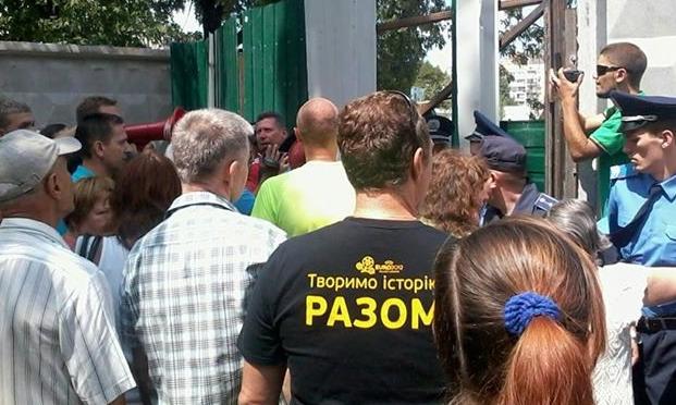 Жители Березняков протестуют против строительства ТРЦ на территории сквера