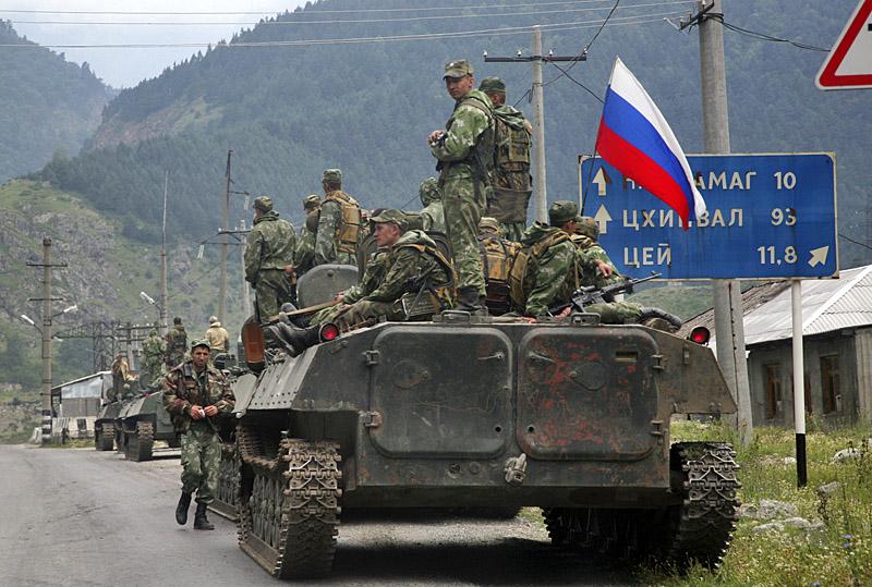 После ночного обстрела Россия ввела войска. Колонна 58 армии на марше в Цхинвал