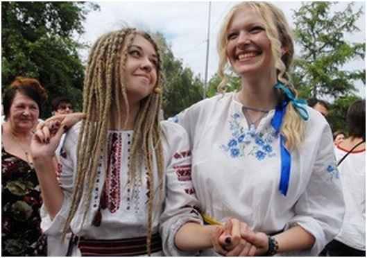 Жители западной Украины хотят подарить жителям Донбасса вышиванки