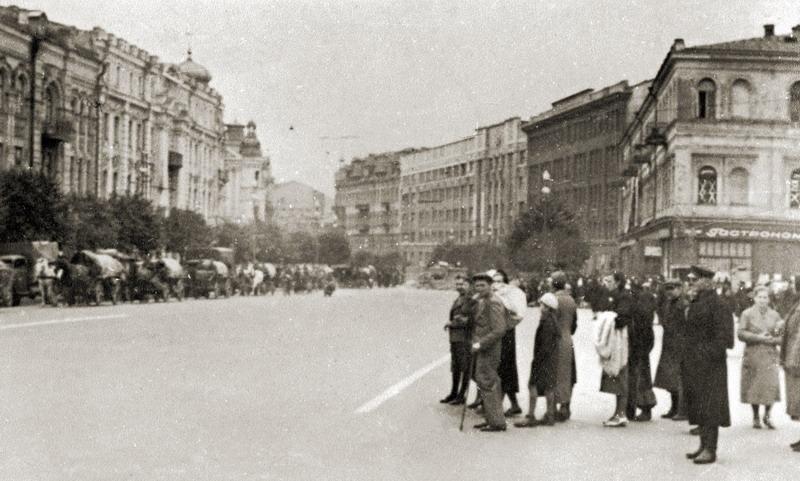 Киевляне на Крещатике наблюдают за вступлением немцев. Фото 19 сентября 1941 года