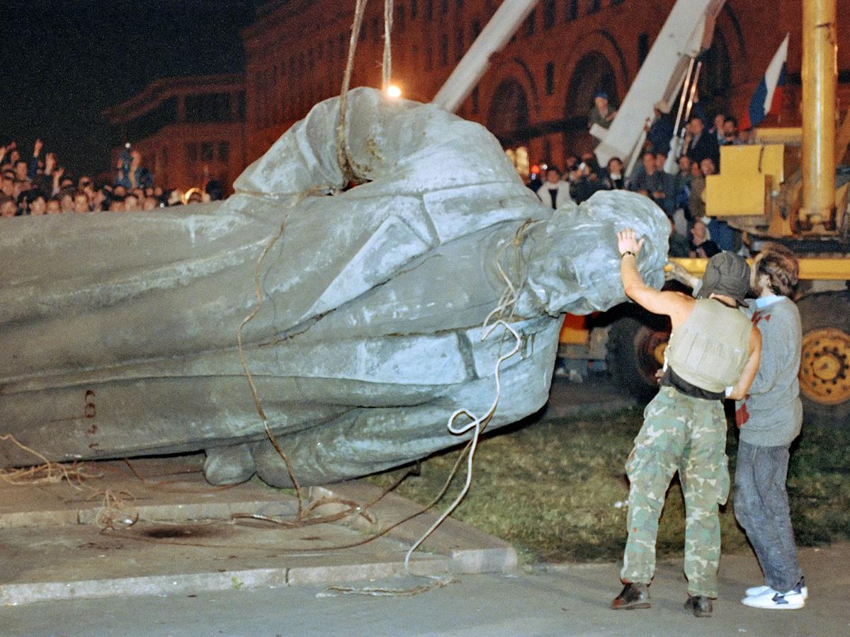 Августовский путч. Митингующие сносят памятник Дзержинскому