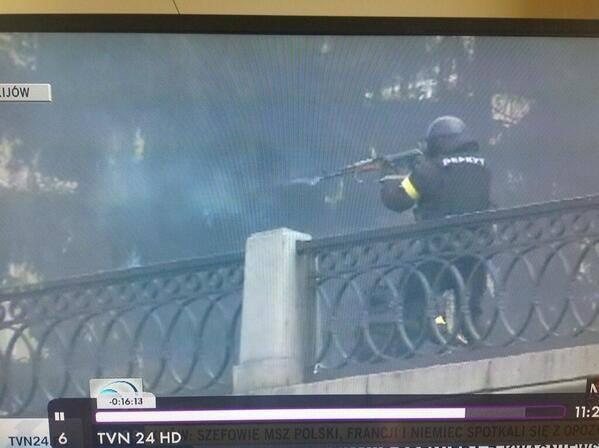 Снайпер Беркута с желтой повязкой на руке
