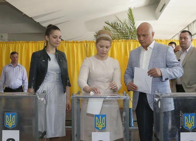 Юлия Тимошенко с семьей голосует на выборах президента Украины 2014