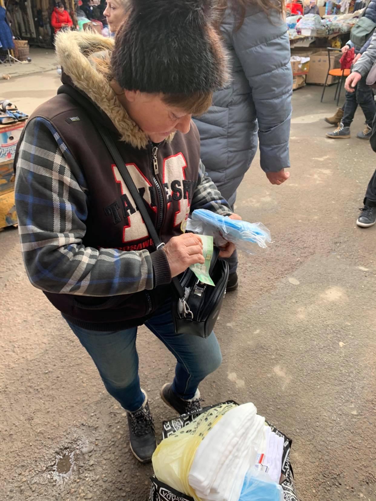 Женщина торгующая масками по 10 грн за штуку